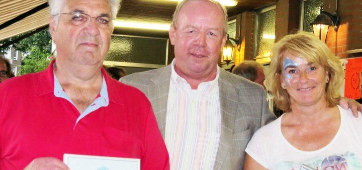 Auszeichnung mit der silbernen Ehrennadel durch den Bezirksvorsitzenden Roland Berger (Mitte) an Christel Kokowski und Kurt Timmermann.
